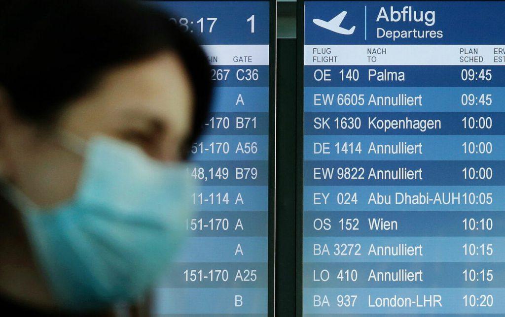 Foto von Person mit Mundschutz am Flughafen