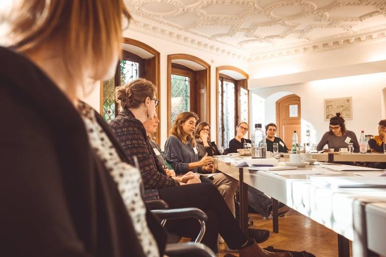 Foto von mehreren Frauen, die um einen Tisch sitzen