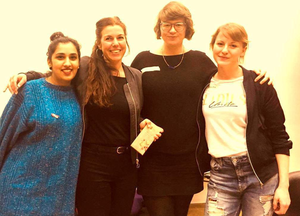 Foto von Lisa Yashodhara Haller, Arm in Arm mit 3 anderen Frauen