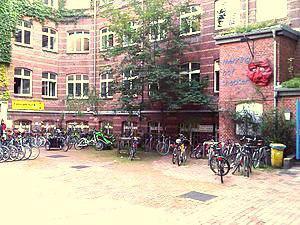 Foto von einem Haus mit Hof und vielen Fahrrädern